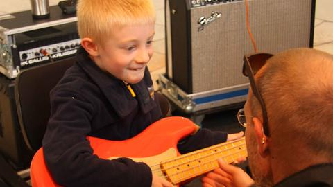 Musiker der hr-Bigband mit Jungem an der Gitarre