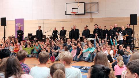 Musiker und Schüler in Sporthalle