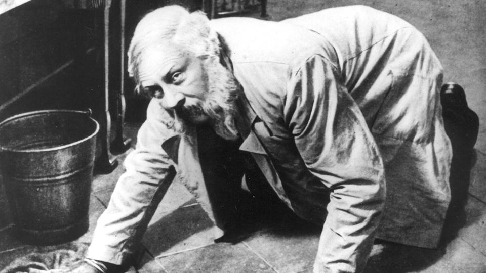Mann kniet an Boden
