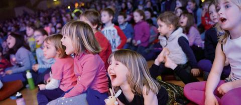 Kinder lauschen Musik