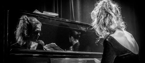 Frau am Piano