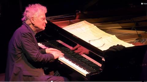 Mann am Klavier