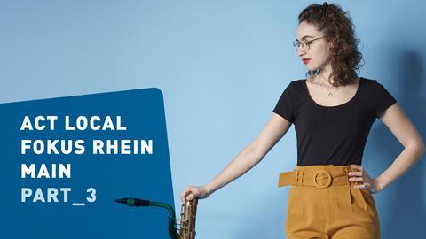Frau stützt sich auf Saxophon / Saxofon und Schrift